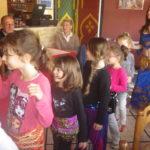 Les filles tentent une danse orientale, le déhanché est en progrès !