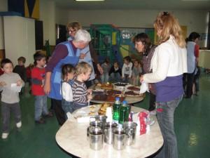 L'après-midi on a mangé des gâteaux dans la salle de jeux.
