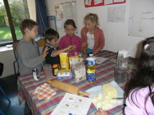 Atelier cuisine dans la classe des CE1-CE2